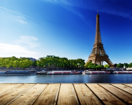 background with wooden deck table and  Eiffel tower in Paris Archivio Fotografico