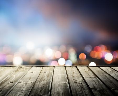 боке: деревянной платформе и огни ночного Гонконга Фото со стока
