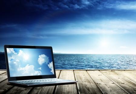 notebook op de pier en de atlantische oceaan