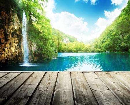 waterval in diepe bossen van Kroatië en hout pier Stockfoto
