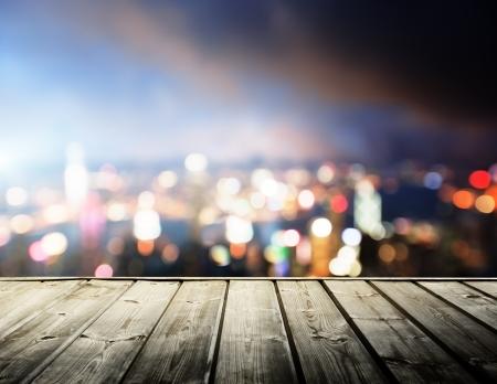 luz: plataforma de madera y las luces de la noche de Hong Kong