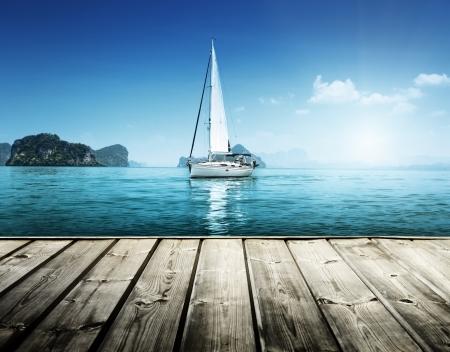 deportes nauticos: yate y plataforma de madera Foto de archivo