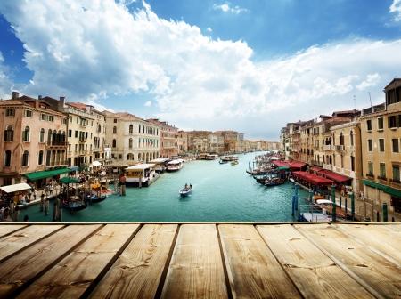paisaje mediterraneo: Venecia, Italia y la superficie de madera Editorial