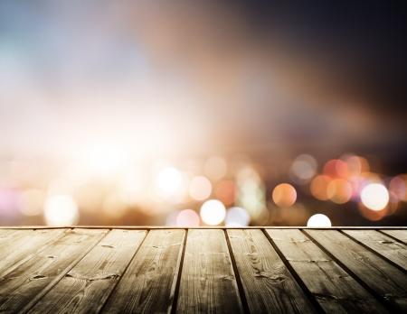 city: plataforma de madera y las luces de la noche de Hong Kong