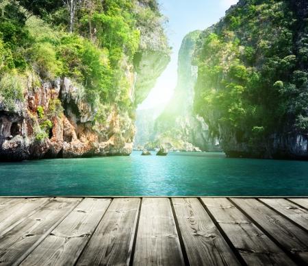 blue lagoon: rocce sulla spiaggia di Railay a Krabi, in Thailandia