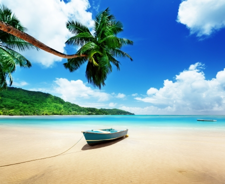Boot am Strand der Insel Mahé, Seychellen Standard-Bild