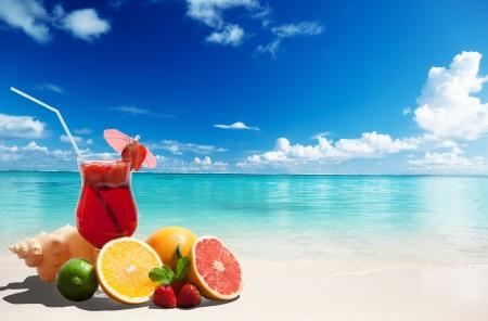 aardbeien cocktail en tropische vruchten op het strand