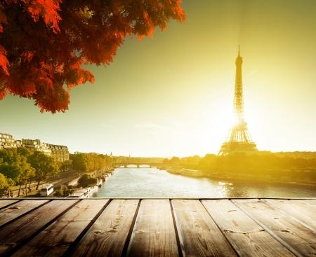 houten dek tafel en de Eiffeltoren in het najaar Stockfoto