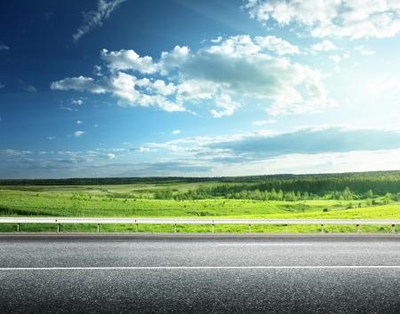 country: asfaltweg en perfecte groene veld Stockfoto