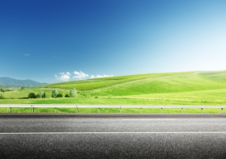 Asphaltstraße und perfekten grünen Bereich