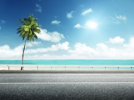 carretera: carretera de asfalto y el mar