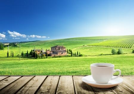 コーヒー カップやイタリア トスカーナ風景 報道画像