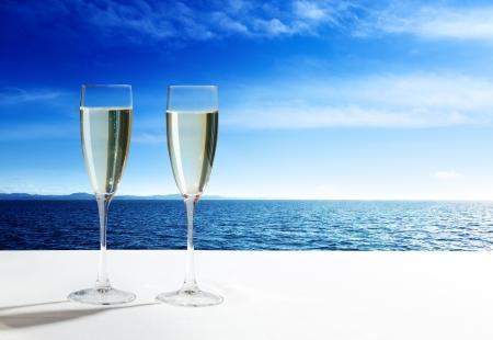 Champagner-Gläser und offenen Ozean