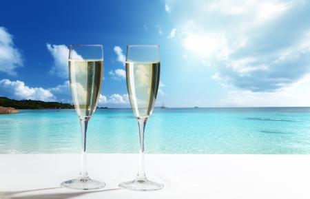 playas tropicales: champaign Gafas en la playa Foto de archivo