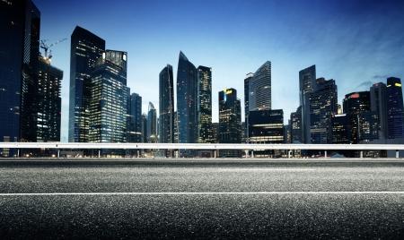 Carretera de asfalto y la ciudad moderna Foto de archivo - 24879240
