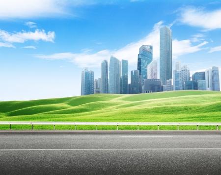 アスファルトの道路と近代的な都市