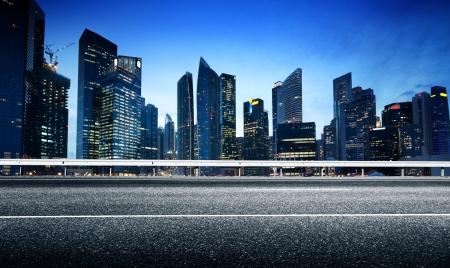 Asfaltweg en moderne stad Stockfoto