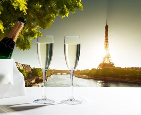 Champagner-Gläser und Eiffelturm in Paris
