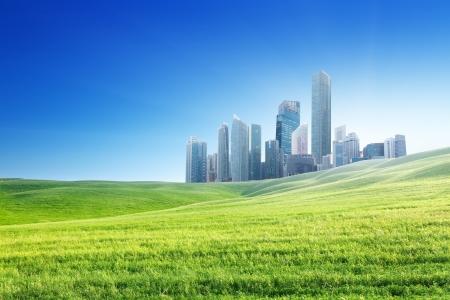 lente veld en moderne stad