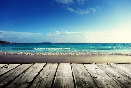 Spiaggia delle Seychelles e pontile in legno Archivio Fotografico - 25716057
