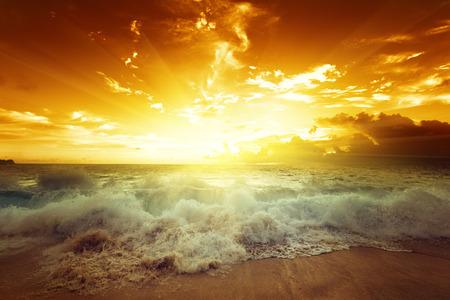 zonsondergang op het strand van de Seychellen