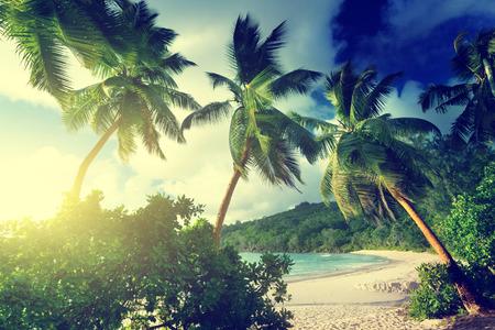 zonsondergang op het strand Takamaka, Mahe, Seychellen