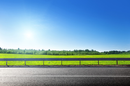 道およびばねの草のフィールド 写真素材