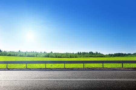 봄 잔디의 도로 및 필드 스톡 콘텐츠