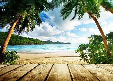 Seychellen-Strand und Holzsteg Standard-Bild