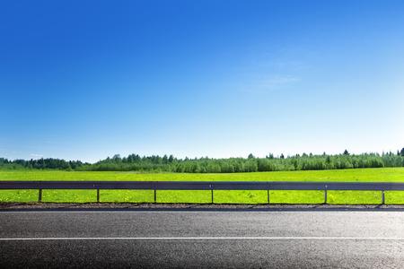 estrada e no campo de grama da primavera