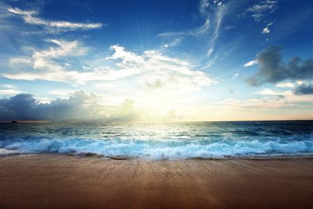 セイシェルのビーチに沈む夕日