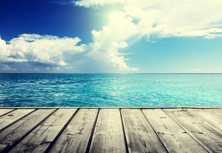 Caribische zee en houten platform