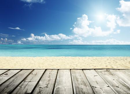 ensolarado: praia tropical e plataforma de madeira