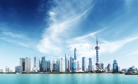 上海のスカイラインと晴れた日