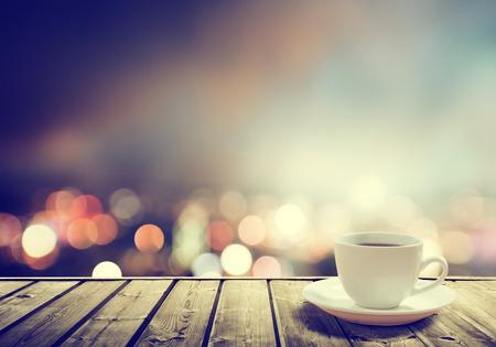 tazas de cafe: caf� en la mesa en la noche de la ciudad