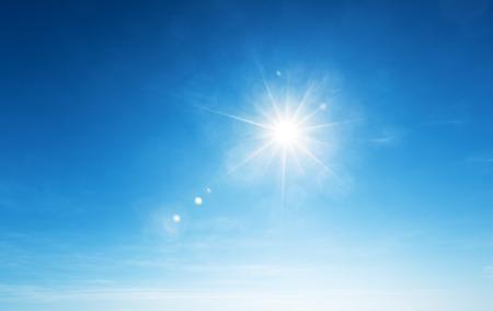 ciel avec nuages: ciel bleu et le soleil Banque d'images