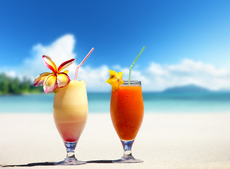 fresh fruit juices on a tropical beach Imagens