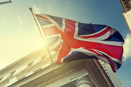 vlag van het Verenigd Koninkrijk op overheidsgebouw