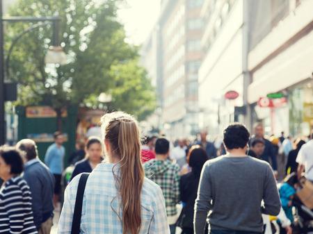 personas en la calle: Mujer joven en la calle de Londres