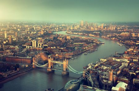 Londres vista aérea con el puente de la torre en la puesta del sol Foto de archivo - 32561833