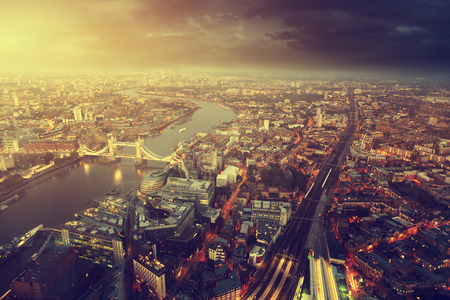 일몰 시간에 타워 브리지와 런던 공중보기