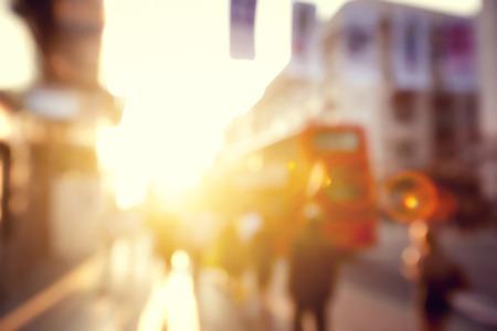 dia soleado: personas en bokeh, calle de Londres