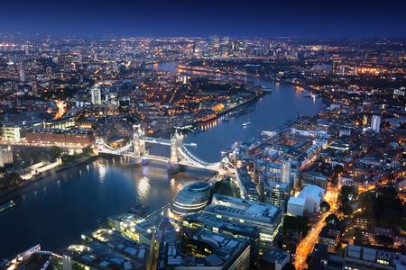 cenital: Londres en la noche con las arquitecturas urbanas y Tower Bridge