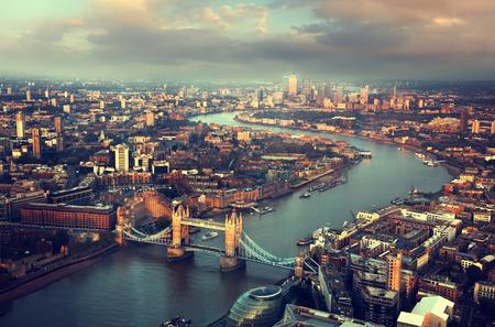 Londres vista aérea con el puente de la torre en la puesta del sol Foto de archivo - 32935202