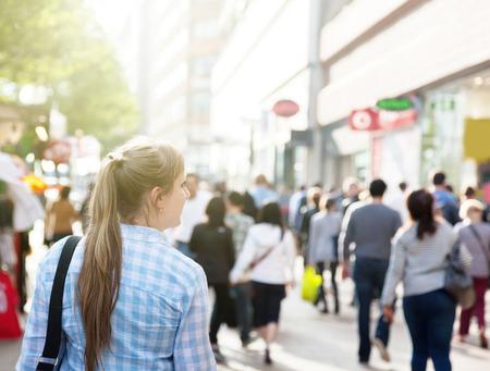 personas caminando: Mujer joven en la calle de Londres
