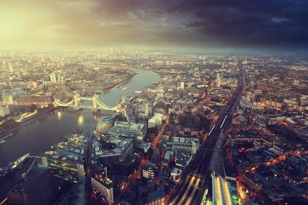aerial: Londres vista aérea con el puente de la torre en la puesta del sol Foto de archivo