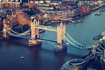 日没時間のタワー ブリッジとロンドン上空表示 写真素材