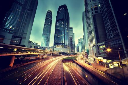 city: el tráfico en Hong Kong en la puesta del sol Foto de archivo