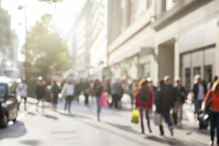 personas caminando: personas en bokeh, calle de Londres