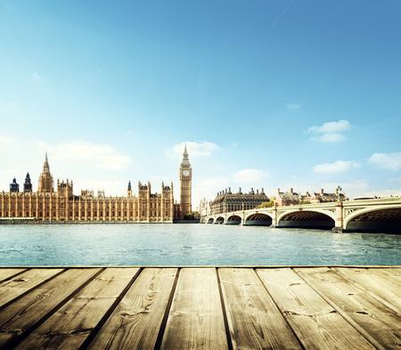 Big Ben in Londen en houten platform